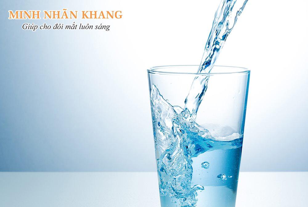Uống nhiều nước là đáp án đơn giản nhất cho câu hỏi khô mắt nên ăn gì, uống gì